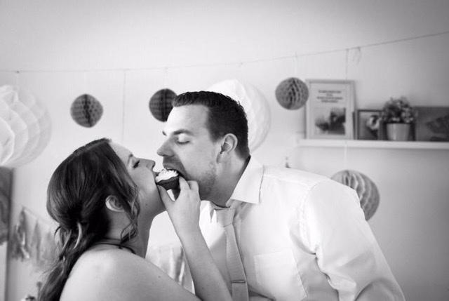 Mama en papa tijdens de trouwdag samen etend van een stukje taart.