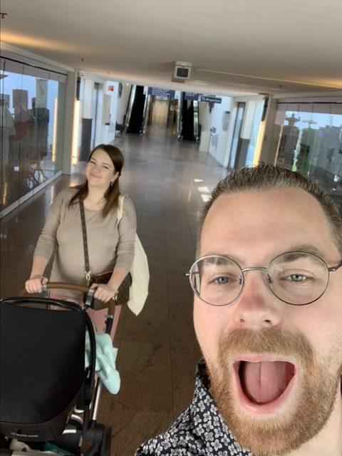 Tevreden ouders in de ziekenhuisgang op weg naar huis met Dex