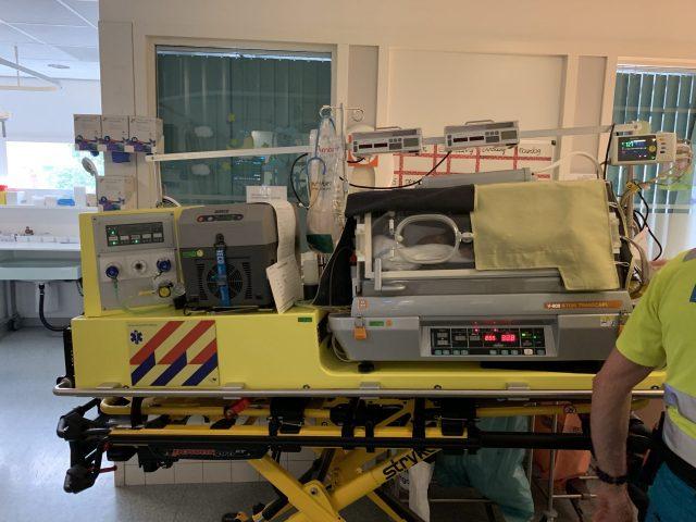 De transportcouveuse met alle medische apparatuur waar Dex in ligt.