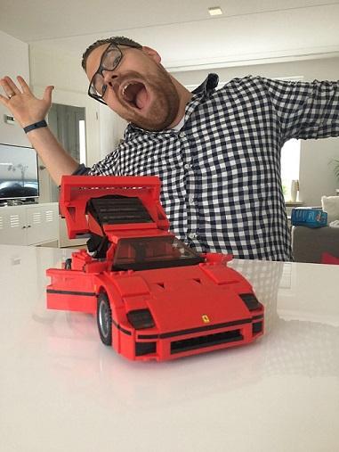 Papa Niek met een rode Ferrari van LEGO