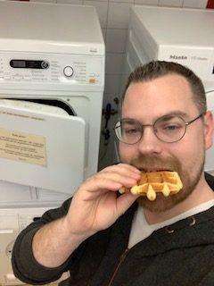 Papa Niek voor de wasmachine