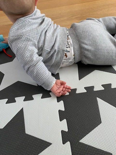 Baby hand op vloer